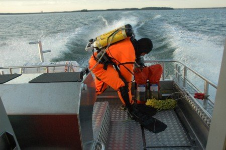 Valkon VPK:n sukeltaja Keijo Sandvik valmistautuu pelastussukellukseen hälytyskohteeseen.